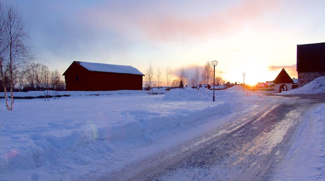 Gammelstads kyrka presenterar snö och en solnedgång
