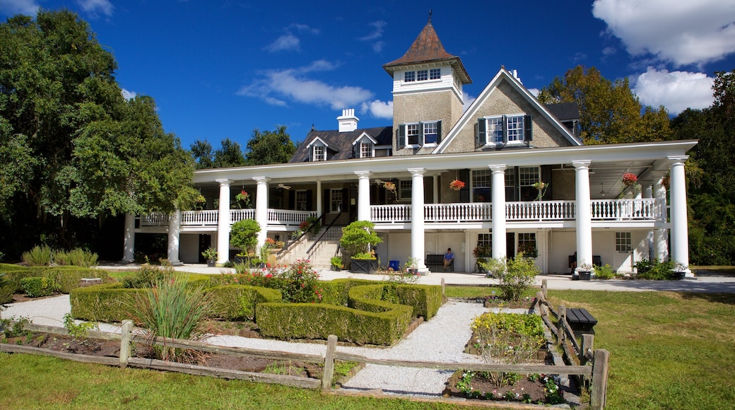 Magnolia Plantation and Gardens que inclui elementos de patrimônio, um jardim e uma casa