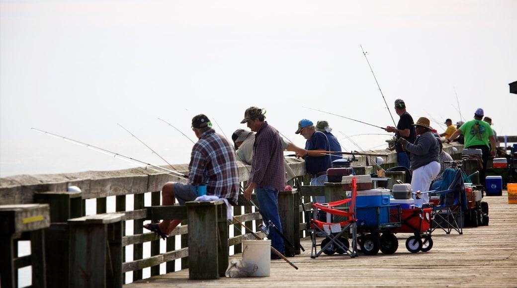 Myrtle Beach State Park mit einem Angeln sowie kleine Menschengruppe