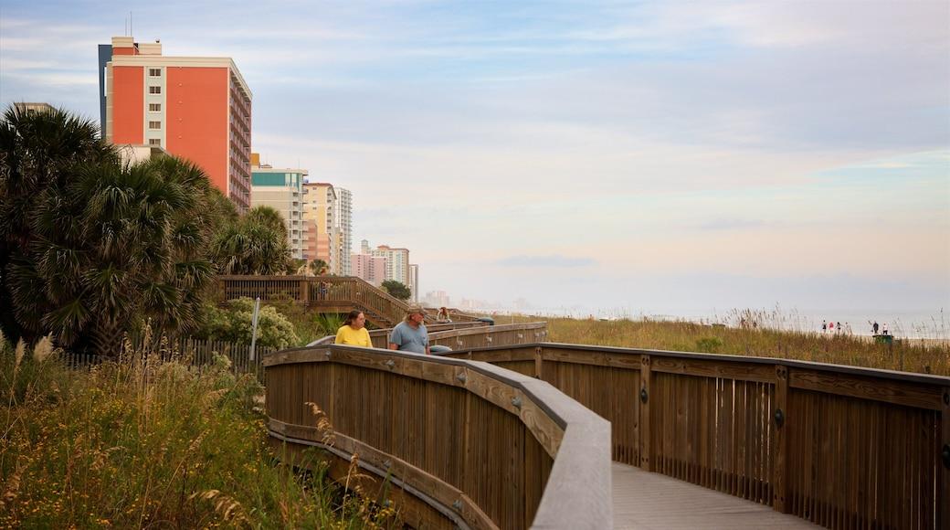 Myrtle Beach Boardwalk welches beinhaltet Wandern oder Spazieren sowie Paar