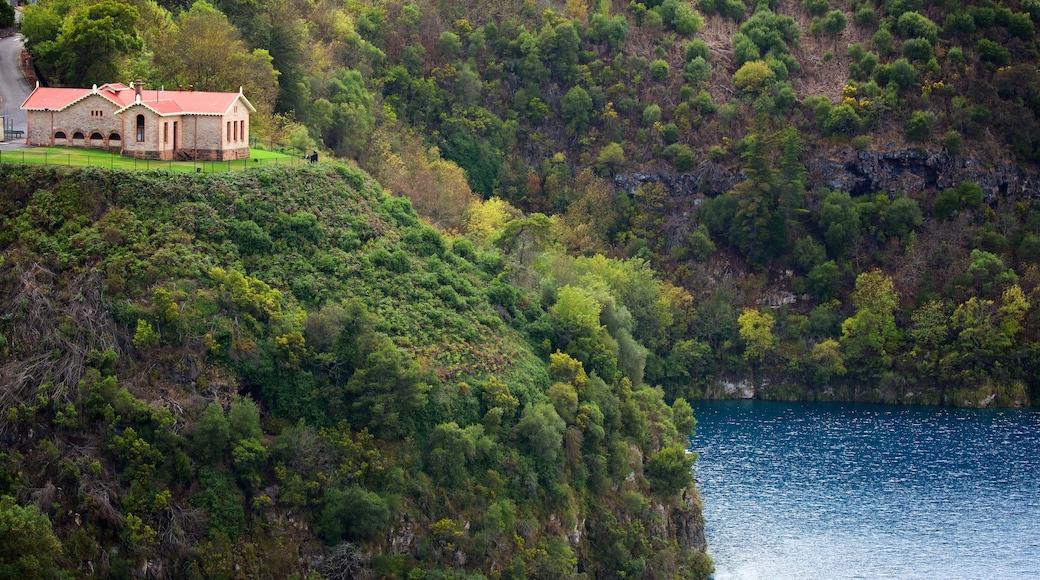 Blue Lake Reserve welches beinhaltet See oder Wasserstelle, Haus und Schlucht oder Canyon