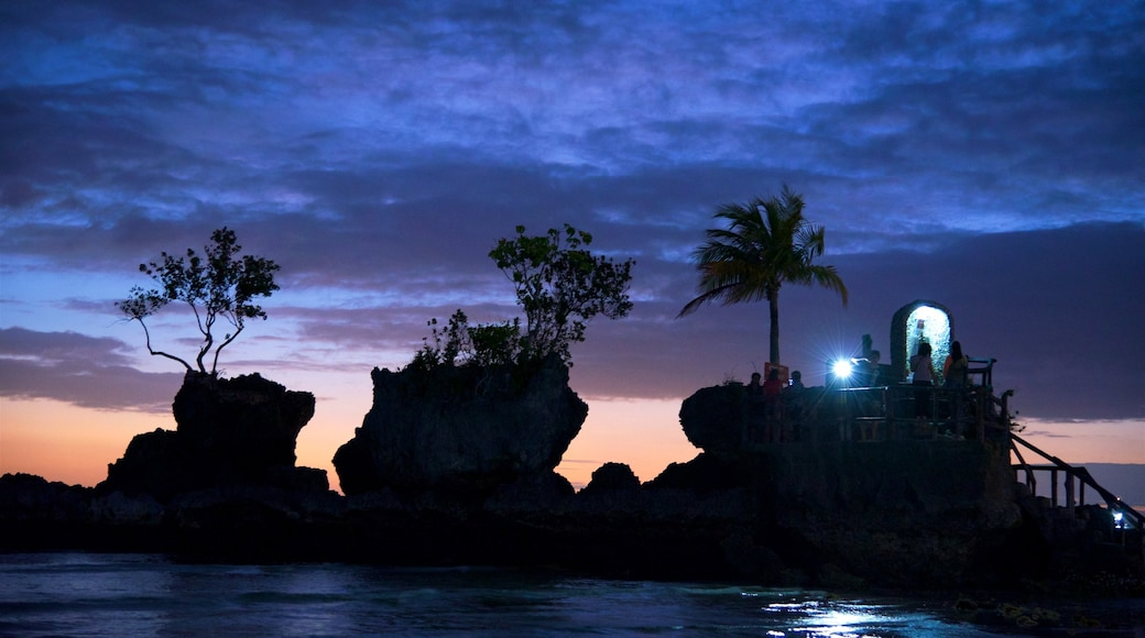 Willy\'s Rock featuring rocky coastline, tropical scenes and night scenes