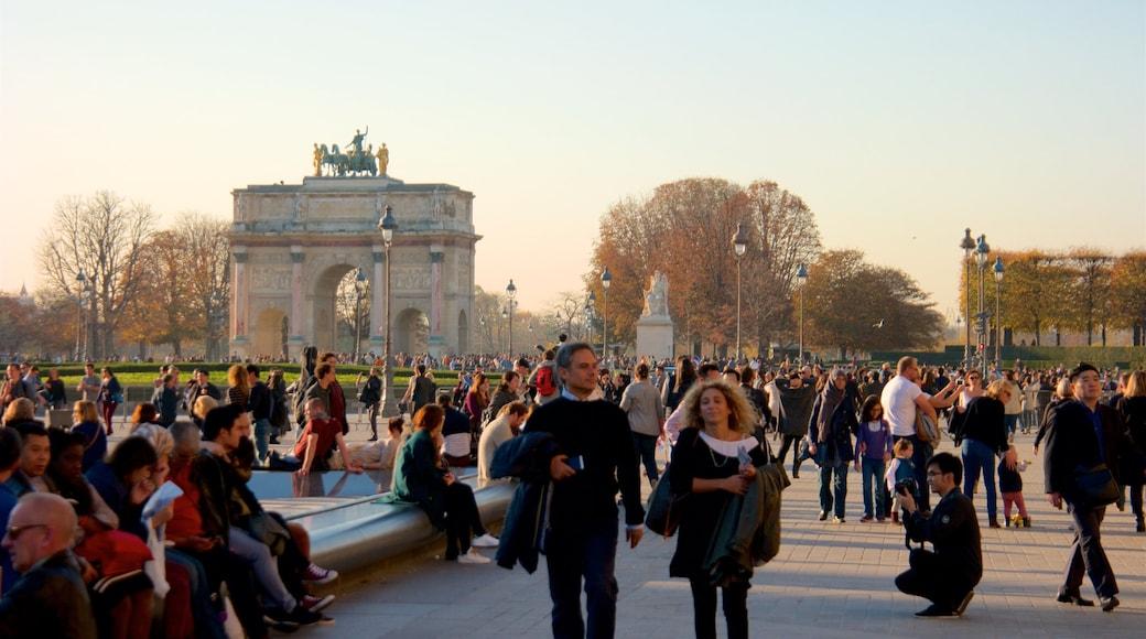 Arc de Triomphe du Carrousel mit einem Geschichtliches und Sonnenuntergang sowie große Menschengruppe
