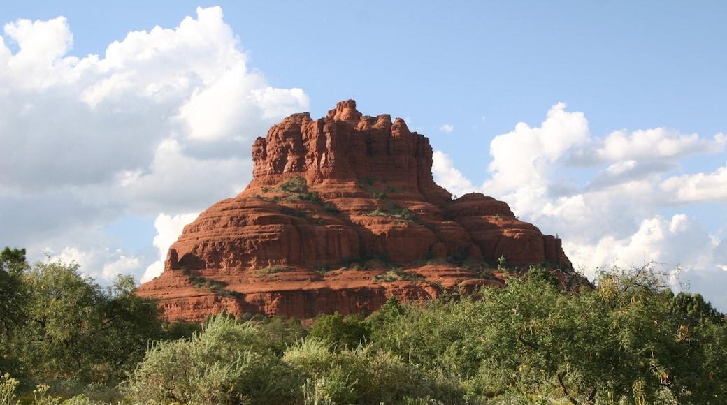 Bell Rock welches beinhaltet Berge und Wüstenblick