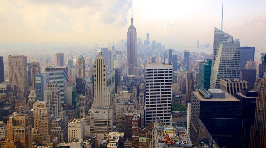 Rockefeller Center som viser by, skyskraper og silhuett