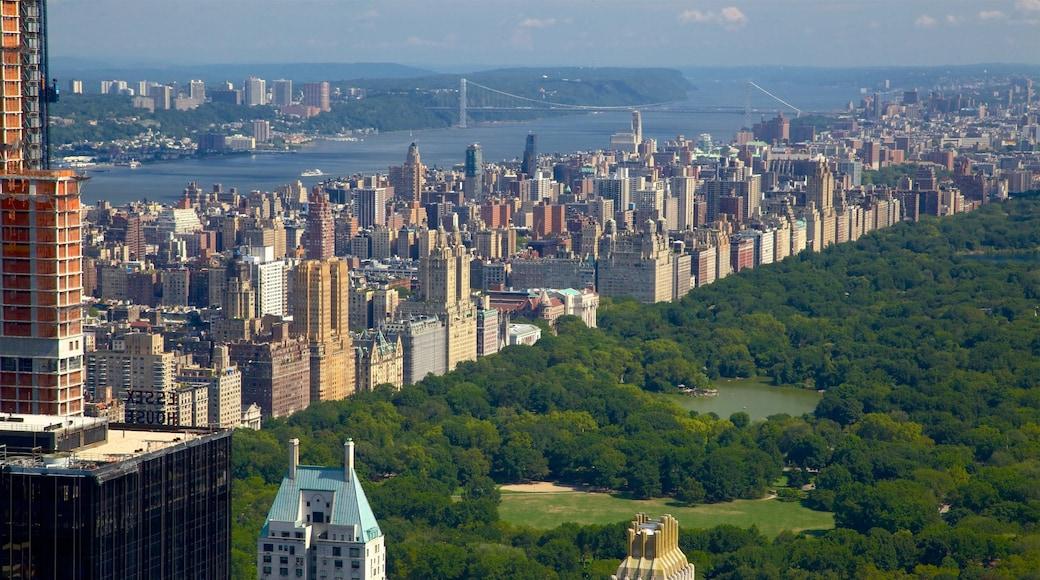 Rockefeller Center ofreciendo horizonte, un río o arroyo y jardín
