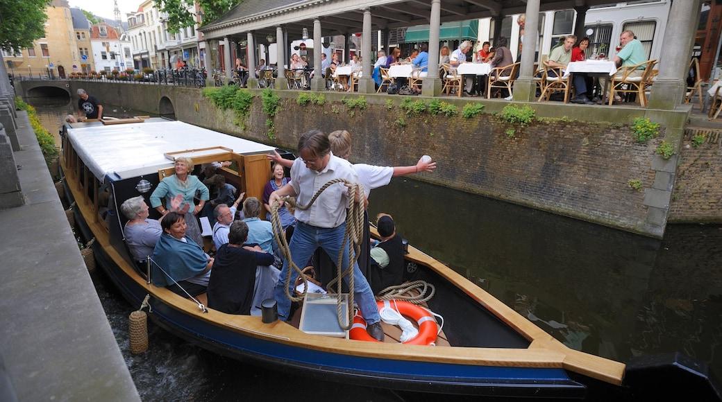 Gouda das einen Bootfahren sowie große Menschengruppe