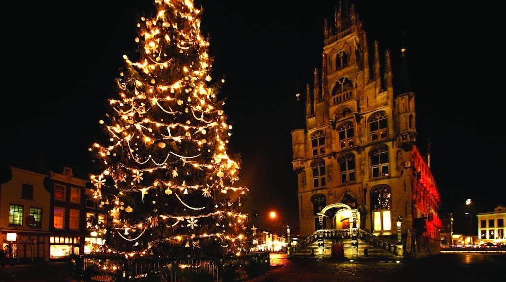 Gouda welches beinhaltet Festival, Kirche oder Kathedrale und Straßenszenen