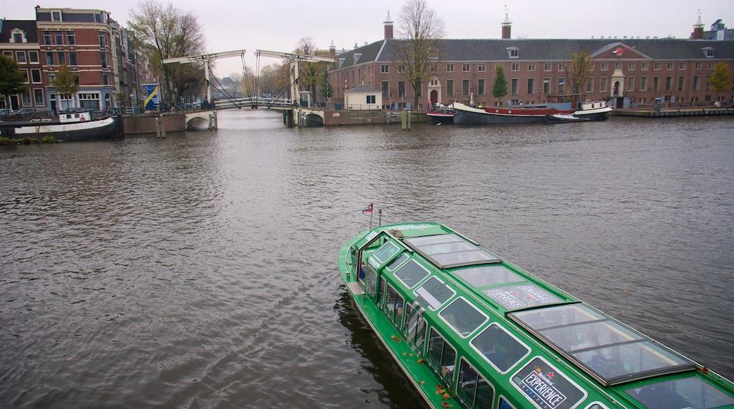 Pont Magere Brug qui includes rivière ou ruisseau, navigation et petite ville ou village