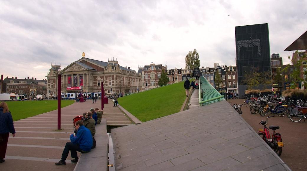 Museumplein som visar gatuliv såväl som en stor grupp av människor