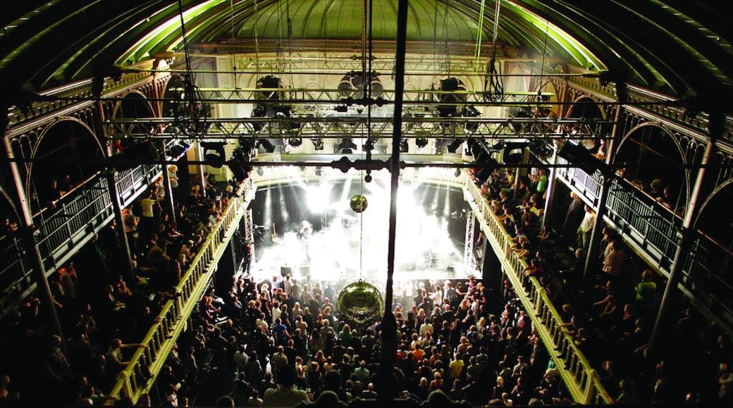 Paradiso welches beinhaltet Performance-Kunst, Innenansichten und Nachtleben