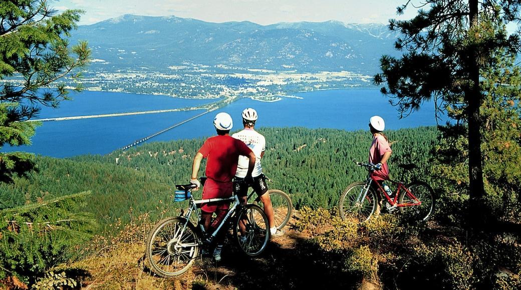 Sandpoint johon kuuluu näkymät ja pyöräily sekä pieni ryhmä ihmisiä