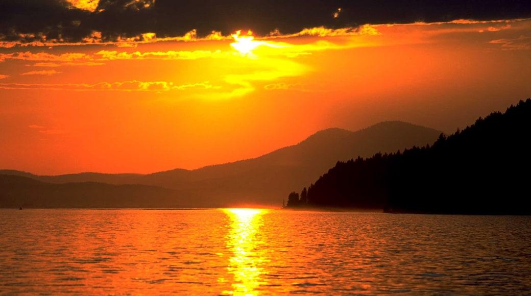 Sandpoint featuring järvi tai vesikuoppa ja auringonlasku