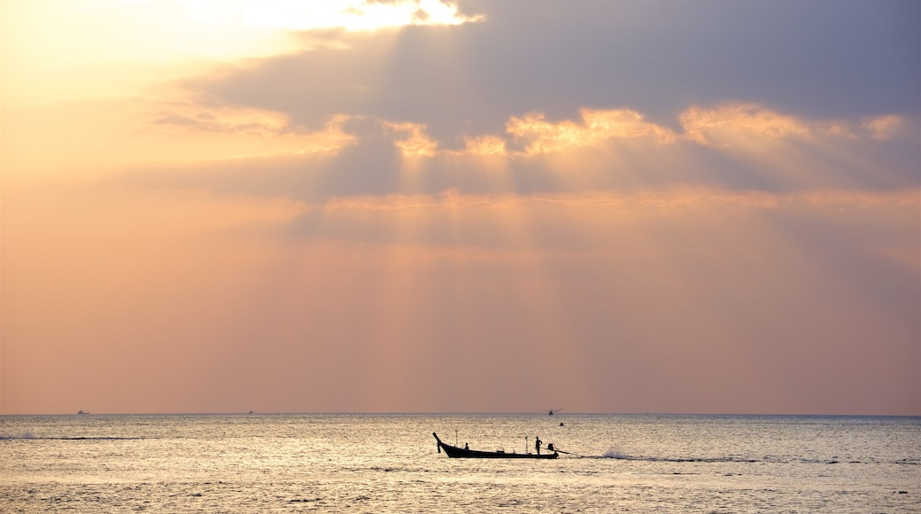 卡隆海灘 设有 划船, 綜覽海岸風景 和 夕陽