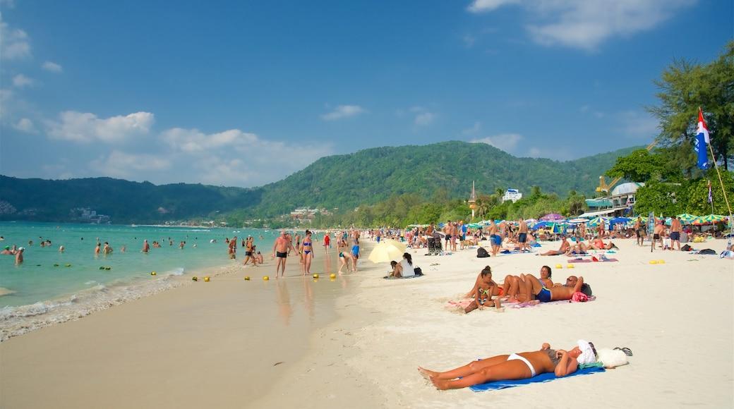 Patong che include vista della costa e spiaggia sabbiosa cosi come un grande gruppo di persone