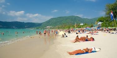 巴東 其中包括 綜覽海岸風景 和 沙灘 以及 一大群人