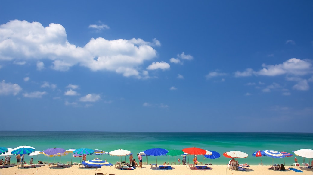 Surin Beach presenterar kustutsikter och en sandstrand såväl som en liten grupp av människor