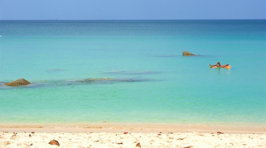 Surin Beach som visar en strand, en hamn eller havsbukt och bad