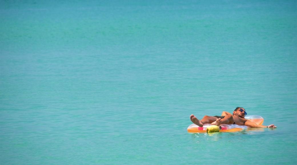 Surin Beach presenterar en hamn eller havsbukt och bad såväl som en man