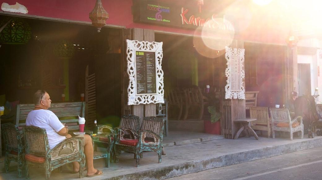 Bo Phut Beach bevat straten en cafésfeer en ook een man