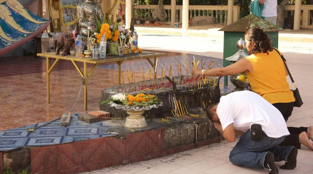 Big Buddha Beach Pier toont een tempel of gebedshuis en religieuze aspecten en ook een klein groepje mensen