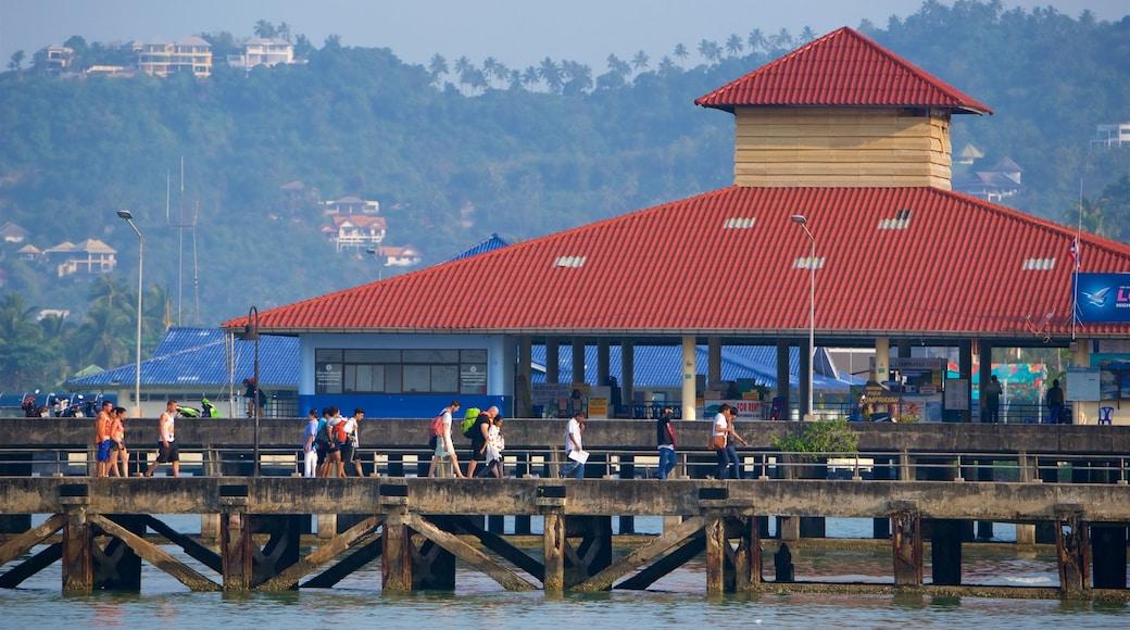 Nathon Pier toont een baai of haven en ook een klein groepje mensen