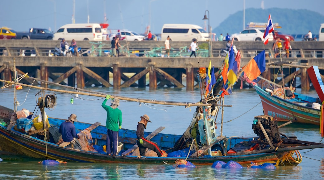 Nathon Pier bevat varen en een baai of haven en ook een klein groepje mensen