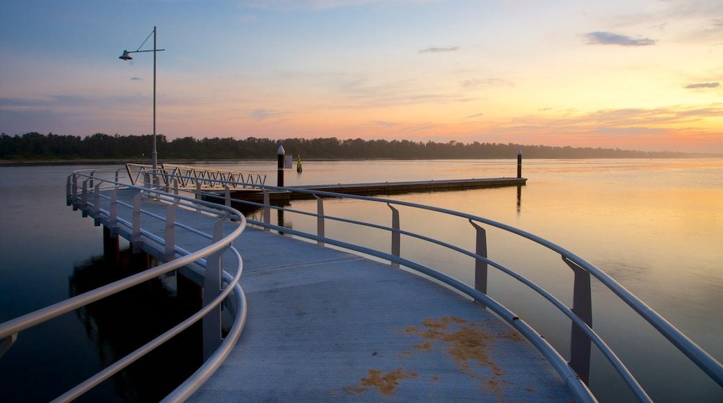 Lakes Entrance qui includes baie ou port et coucher de soleil