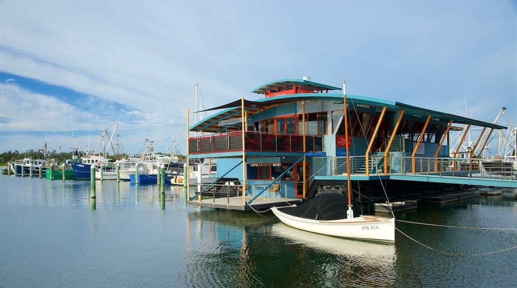 Lakes Entrance qui includes baie ou port, scènes de café et marina