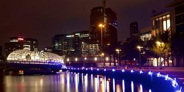 Docklands das einen Fluss oder Bach und Stadtansicht