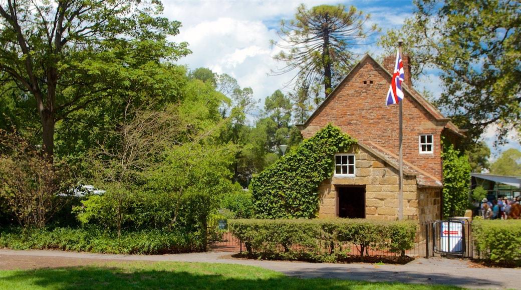 Fitzroy Gardens ofreciendo un parque, patrimonio de arquitectura y una casa