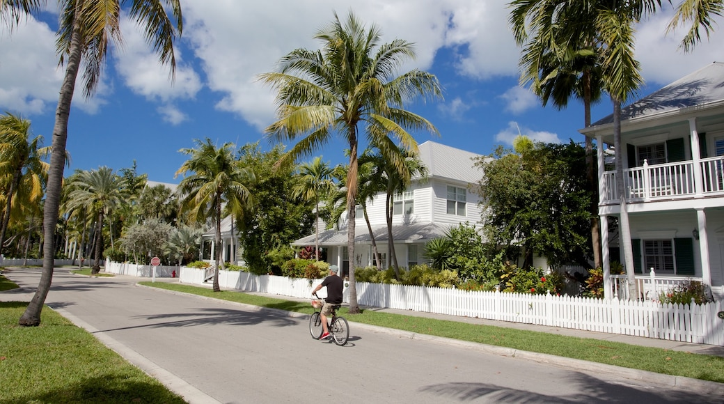Key West which includes cycling and street scenes