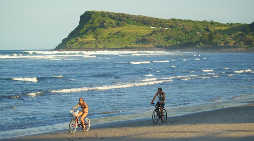 Lennox Head mostrando ciclismo y una playa de arena y también una pareja