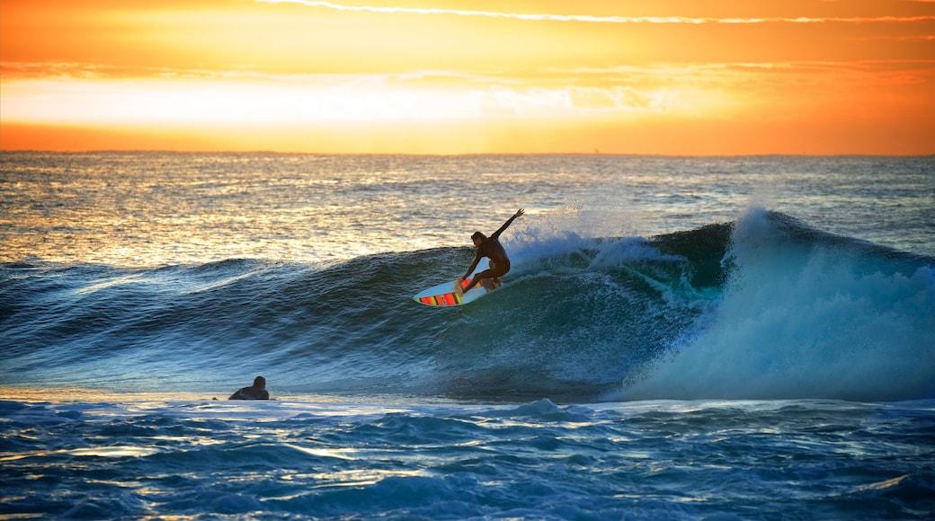 新堡 呈现出 海浪 和 滑浪