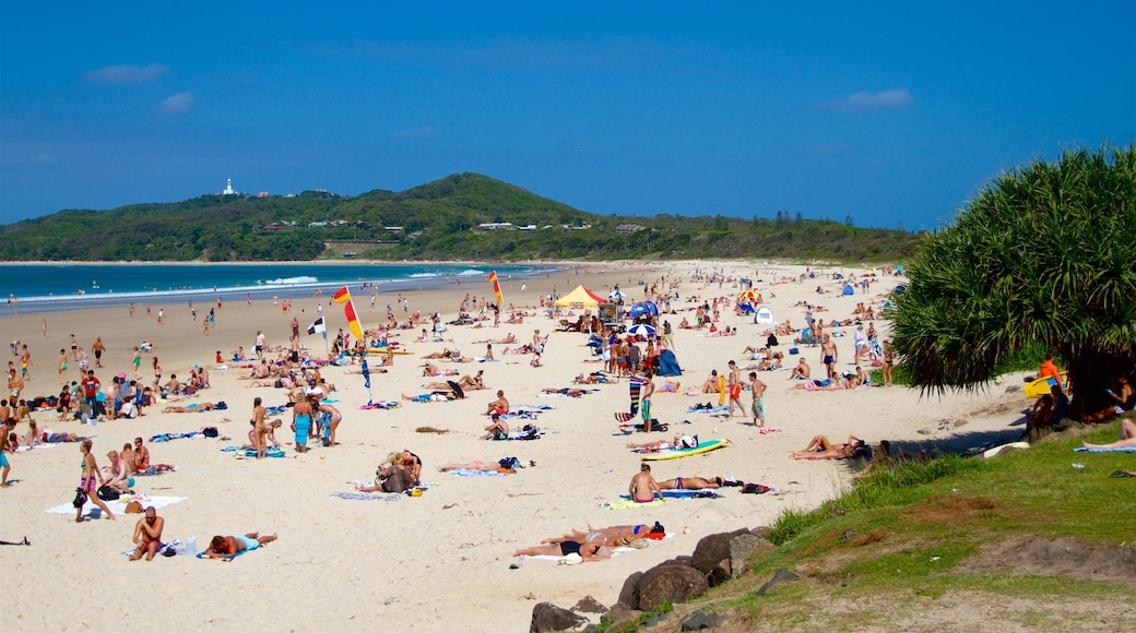Main Beach showing a beach as well as a large group of people