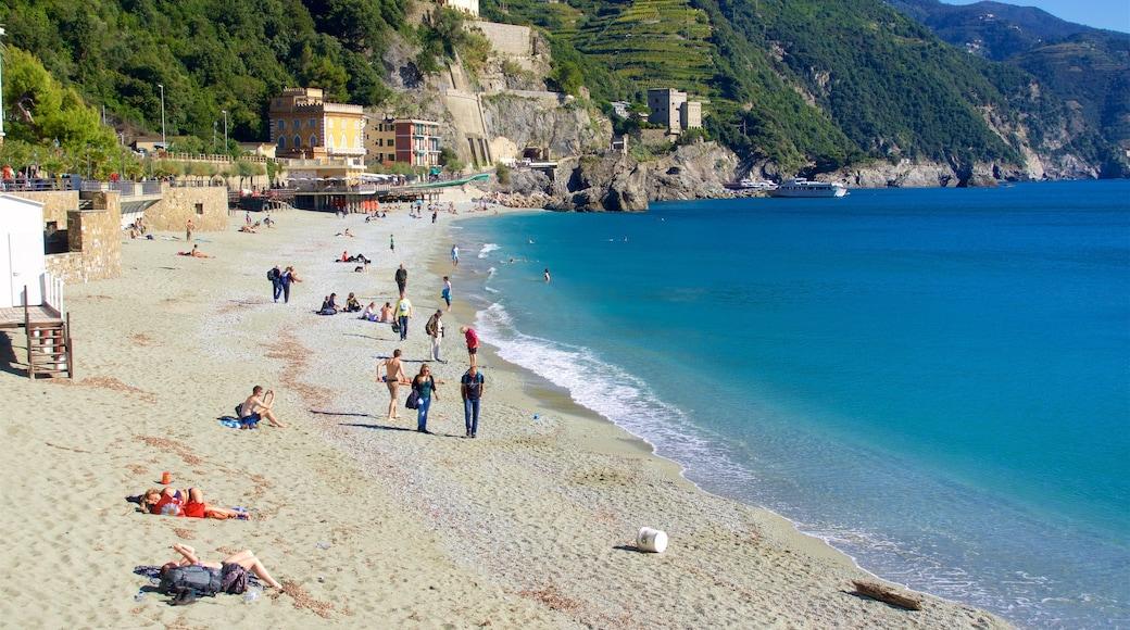 Monterosso al Mare som visar klippig kustlinje, en hamn eller havsbukt och en sandstrand