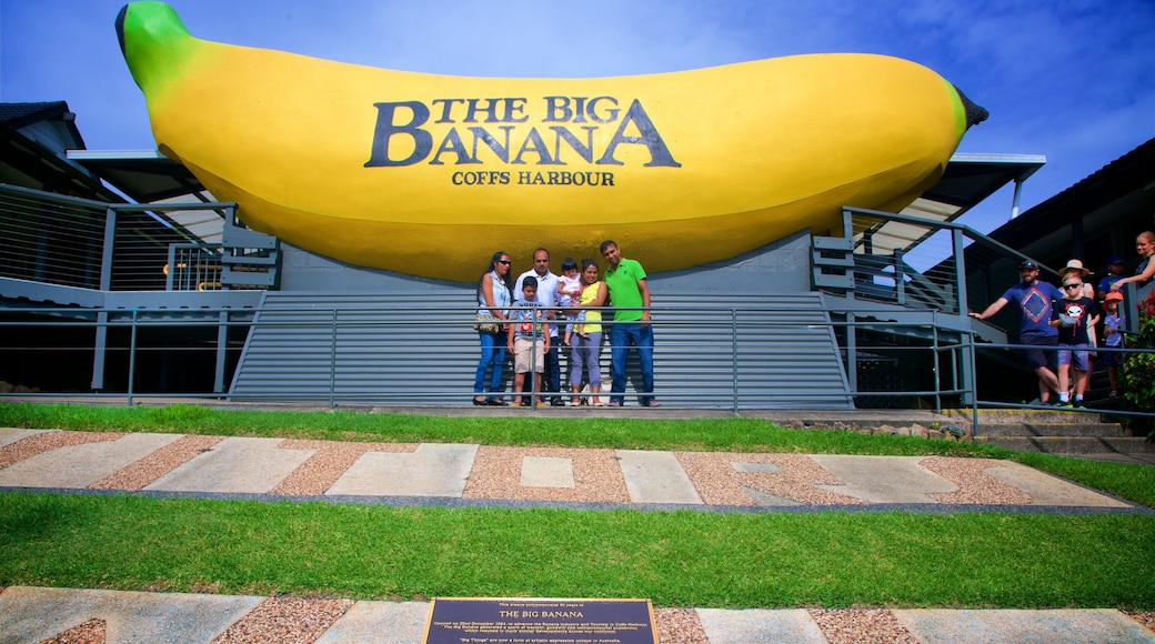 Big Banana Coffs Harbour showing outdoor art as well as a family
