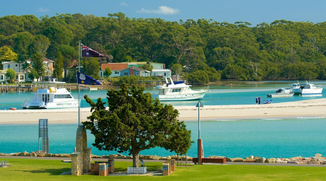 Huskisson showing a beach and boating