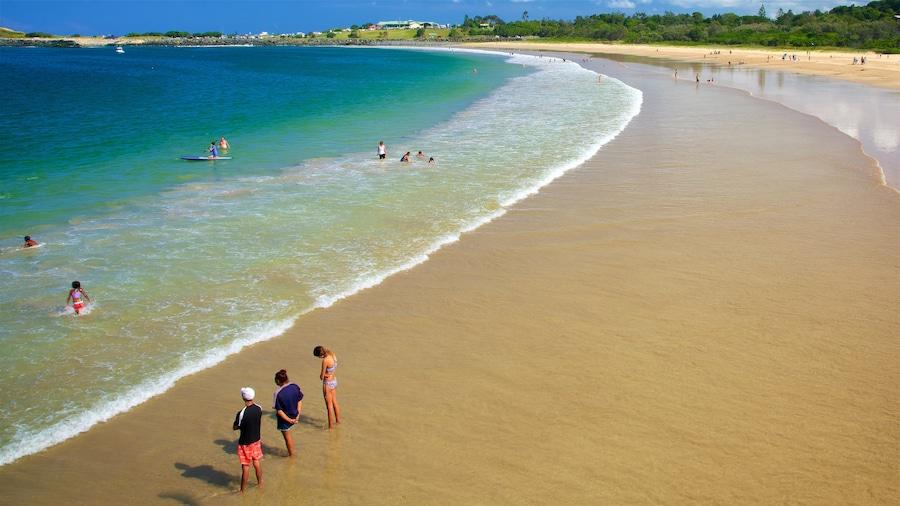 Coffs Harbour que incluye natación, una playa y vista general a la costa