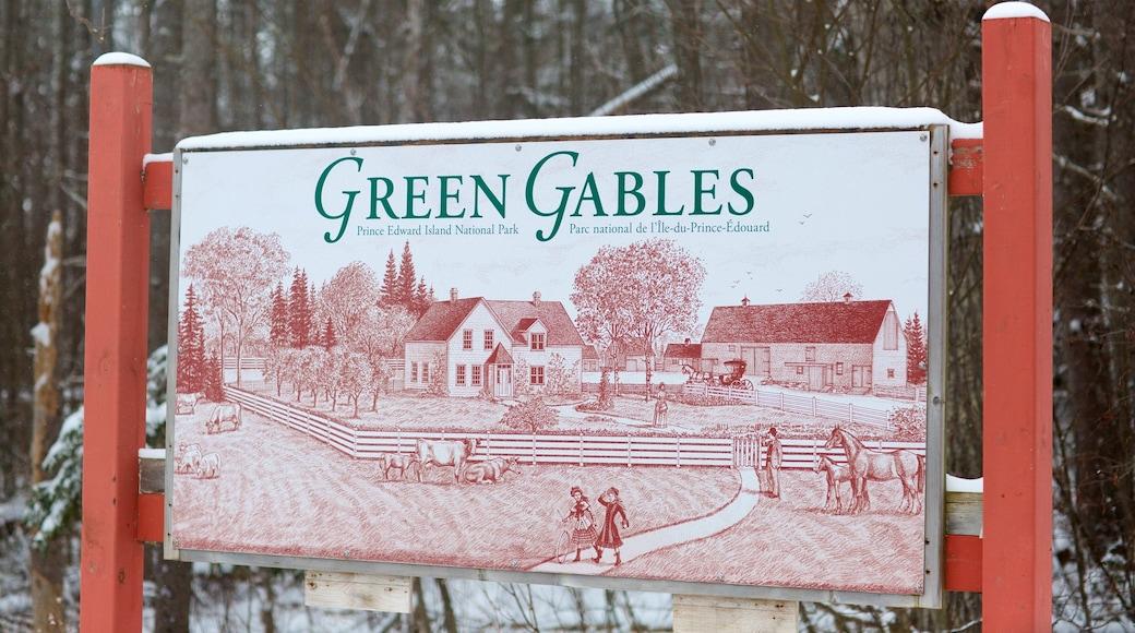 Green Gables mostrando señalización y nieve