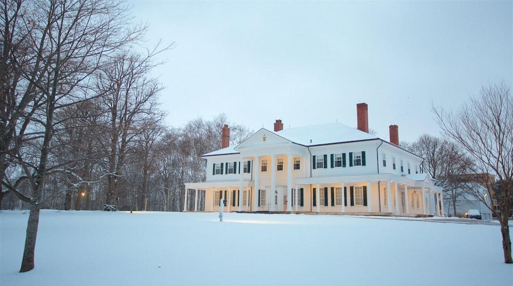 Government House de l\'Île-du-Prince-Édouard mettant en vedette neige