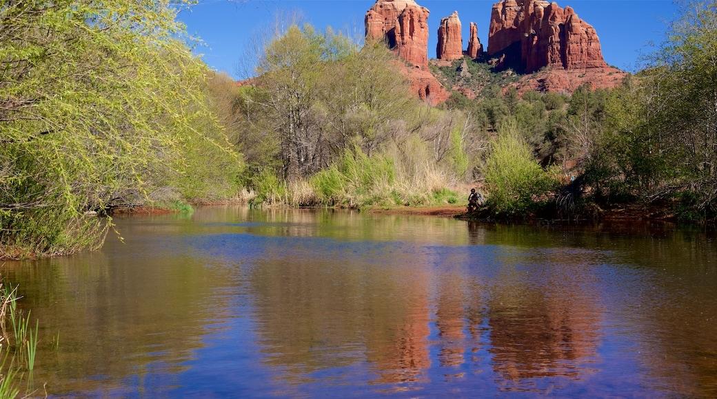 Cathedral Rock som inkluderer innsjø og rolig landskap