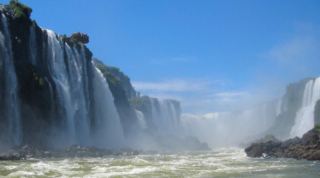 Sur ofreciendo un río o arroyo y una cascada