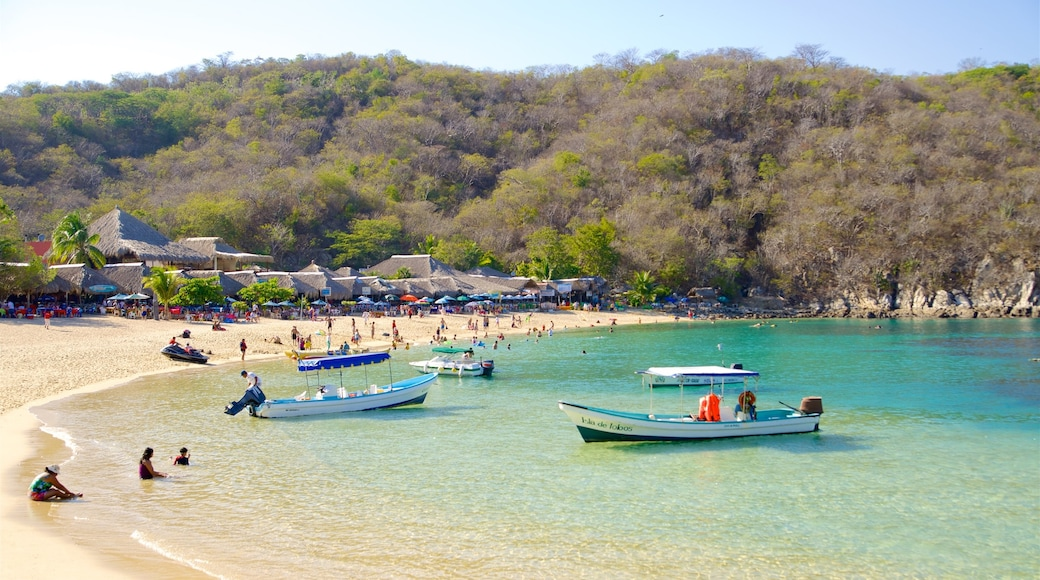 Oaxaca que incluye una bahía o puerto, una playa de arena y paseos en lancha