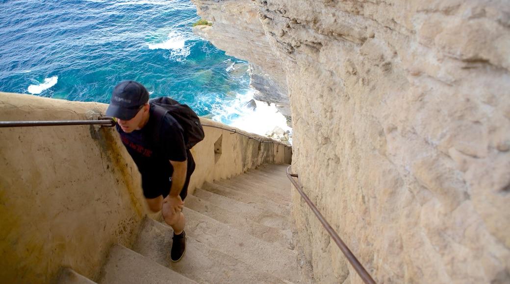 Escalier du Roi d\'Aragon qui includes randonnée ou marche à pied et côte escarpée aussi bien que homme
