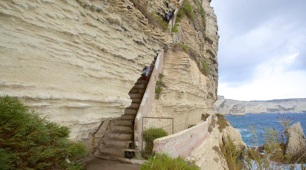 Escalier du Roi d\'Aragon qui includes côte rocheuse