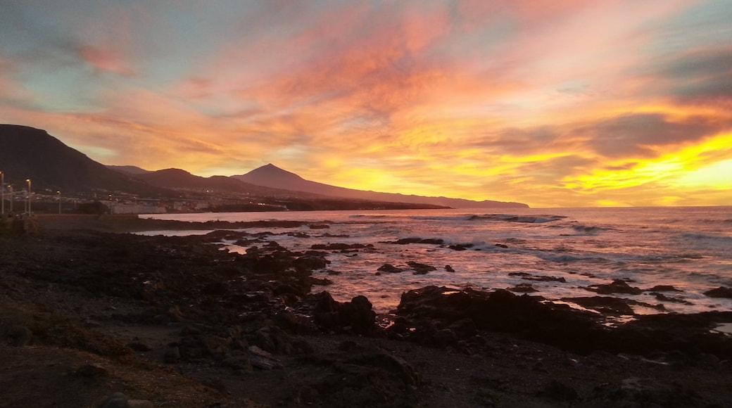 Tenerife som omfatter klippekystlinje og en solnedgang