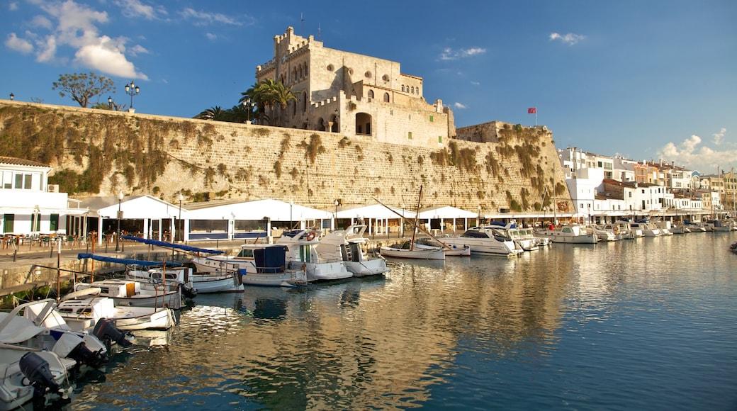 Menorca ofreciendo un puerto deportivo y una localidad costera