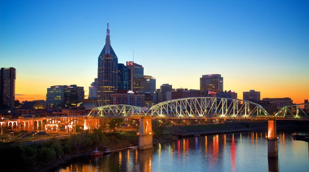 Nashville qui includes pont, scènes de nuit et coucher de soleil