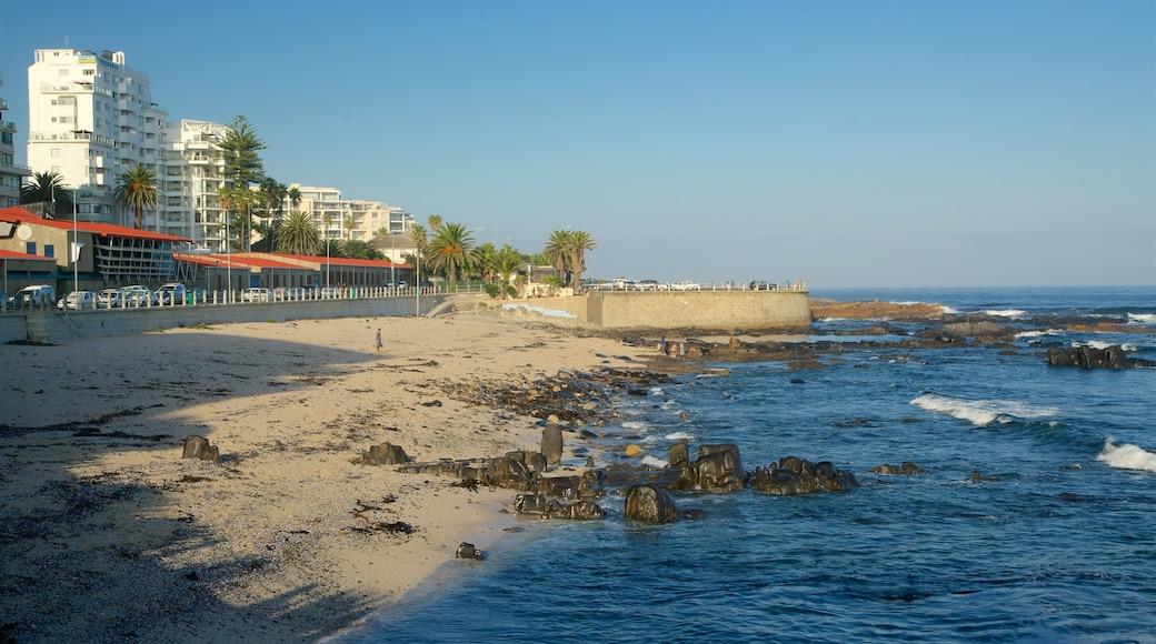 Faubourg Sea Point mettant en vedette côte rocheuse, plage et vues littorales